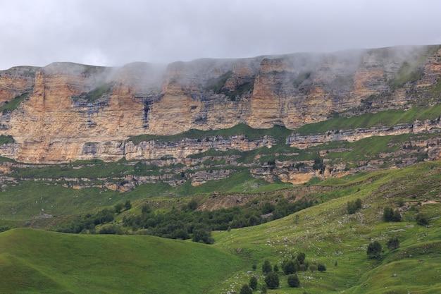Uitzicht op het bergplateau in de wolken in de zomer in de noord-kaukasus in rusland