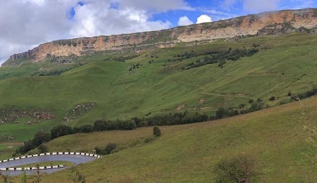 Uitzicht op het bergplateau in de wolken in de zomer in de noord-kaukasus in rusland.