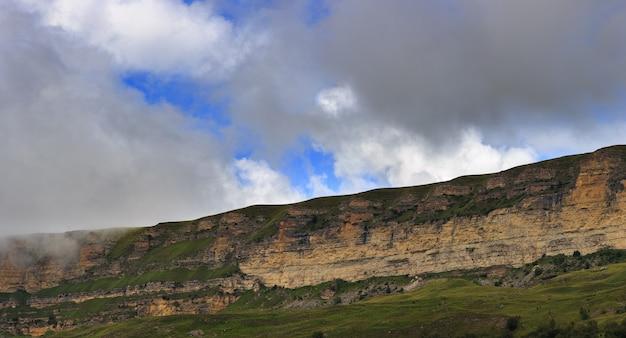 Uitzicht op het bergplateau in de zomer in de noord-kaukasus in rusland.