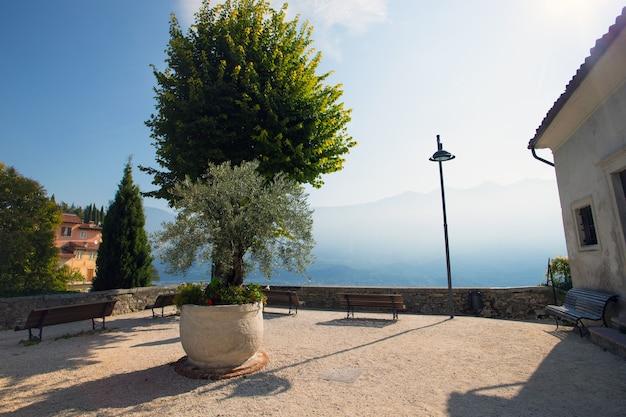 Uitzicht op het beroemde terras in een klein stadje tremosine bij dageraad. italië.