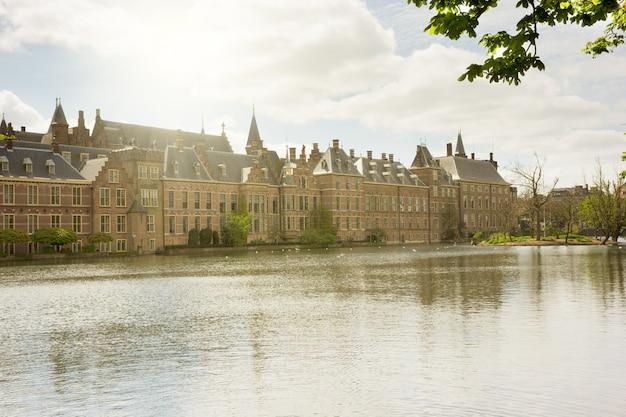Uitzicht op het binnenhof (nederlandse parlement) in de ochtend, den haag, nederland
