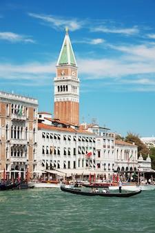 Uitzicht op het canal grande en campanile op piazza di san marco