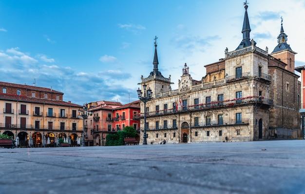 Uitzicht op het centrale plein (plaza mayor in het spaans) in leon, spanje.