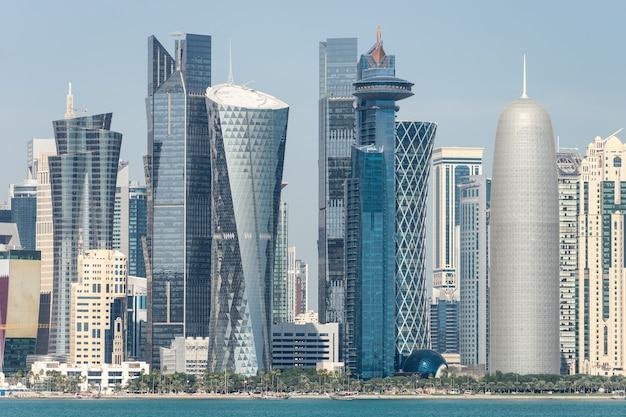 Uitzicht op het centrum met wolkenkrabbers vanaf de andere kant van de zee in doha