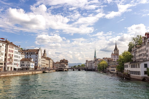 Uitzicht op het centrum van zürich en de rivier limmat in zwitserland.