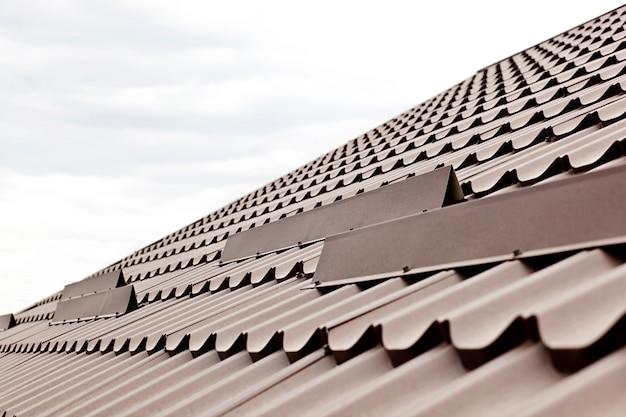 Uitzicht op het dak gemaakt van metalen tegels