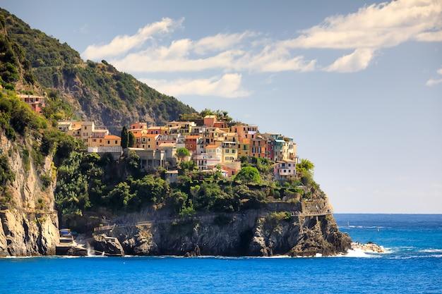 Uitzicht op het dorp manarola en de kust van de ligurische zee, provincie cinque terre, italië