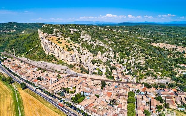 Uitzicht op het dorp mornas met zijn fort. vaucluse, frankrijk
