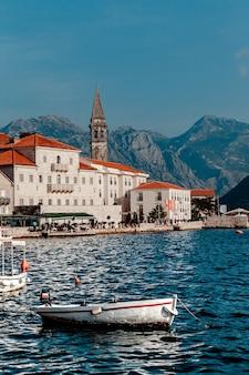 Uitzicht op het dorp perast. montenegro