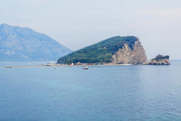 Uitzicht op het eiland st. nicholas, montenegro