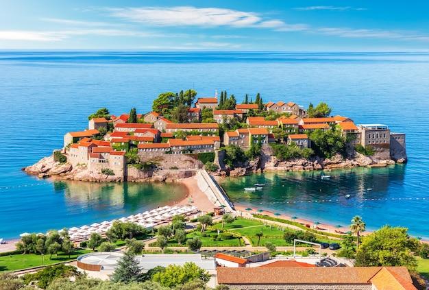 Uitzicht op het eiland sveti stefan, riviera budva, montenegro.