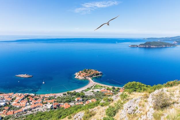 Uitzicht op het eiland sveti stefan vanaf de rots, riviera budva, montenegro.