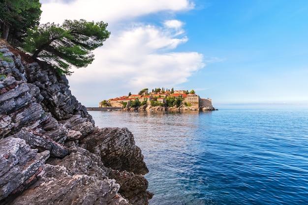 Uitzicht op het eilandje sveti stefan vanaf de rots, riviera budva, montenegro.