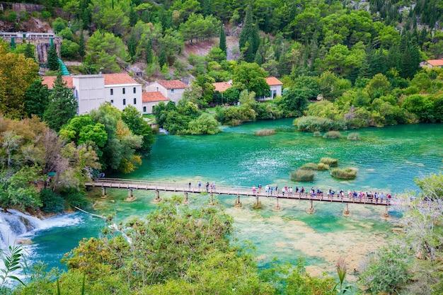 Uitzicht op het gebied bij de watervallen in nationaal park krka, kroatië