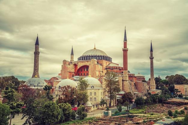 Uitzicht op het hagia sophia-museum vanaf het terras. istanbul, turkije.