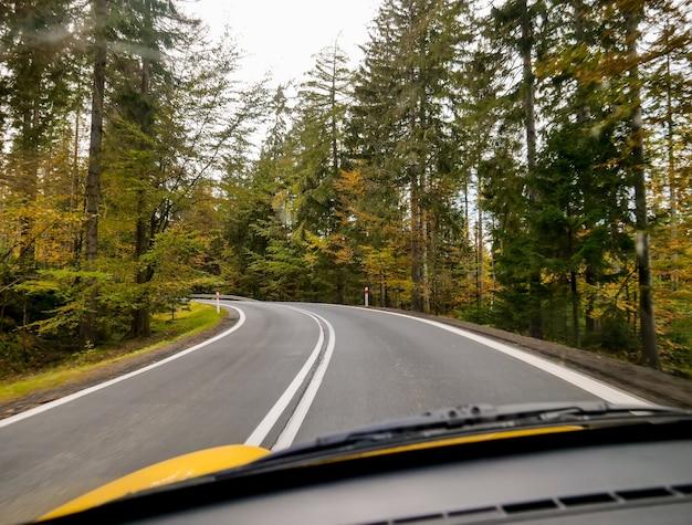 Uitzicht op het herfstlandschap van de weg vanaf de bestuurdersstoel, neder-silezië, polen