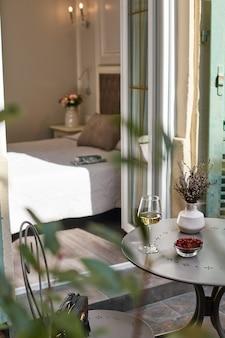Uitzicht op het interieur van de slaapkamer met een kopje koffie op het bed, een krant en verse croissants