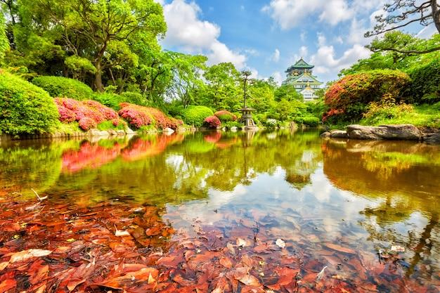 Uitzicht op het kasteel van osaka vanuit de tuin
