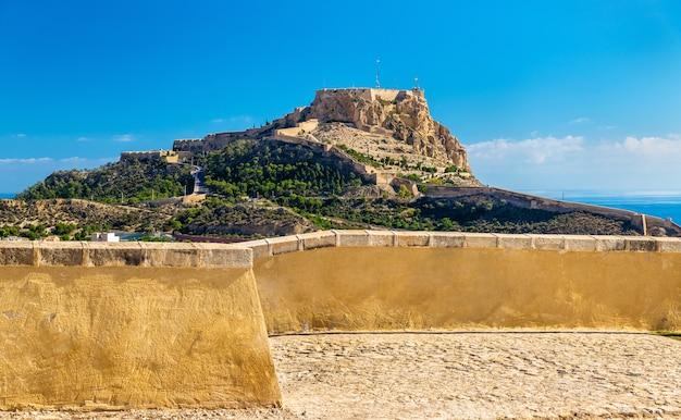 Uitzicht op het kasteel van santa barbara op de berg benacantil boven alicante - spanje