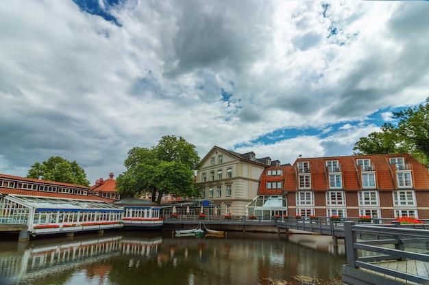 Uitzicht op het kleine duitse stadje luneburg. mooi stadsgezicht met reflecties van huizen op water en lucht met wolken.