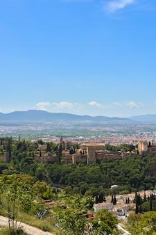 Uitzicht op het landschap rondom het alhambra van granada.