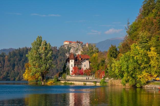 Uitzicht op het meer en het kasteel op de top van de heuvel