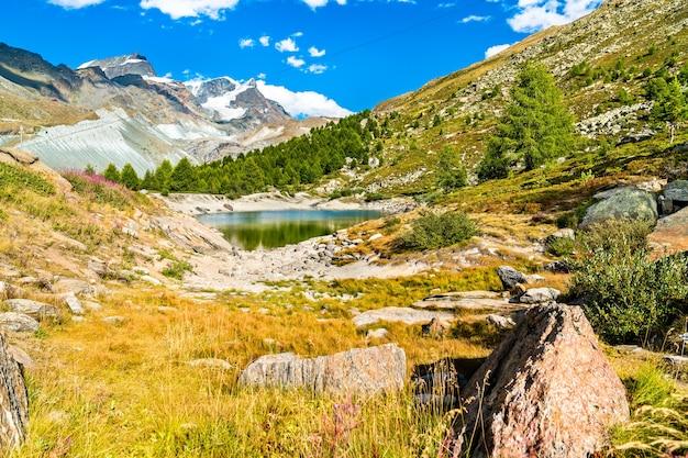 Uitzicht op het meer grunsee in de buurt van zermatt in zwitserse alpen