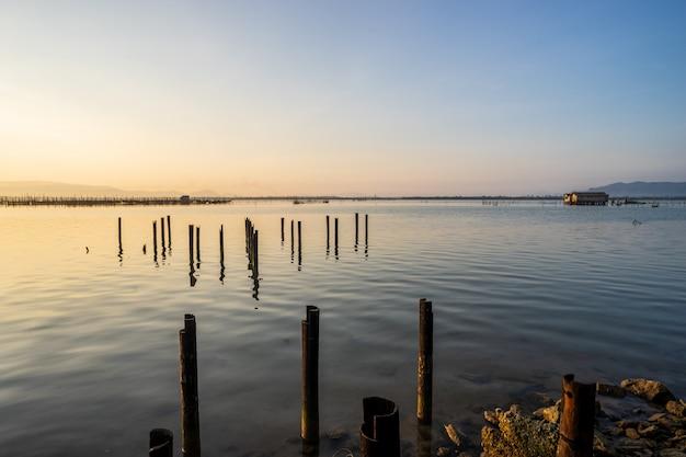 Uitzicht op het meer met kleine vissershut in het midden