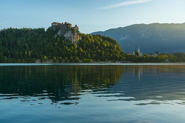 Uitzicht op het meer van bled met het kasteel van bled of blejski grad met kerk aan het prachtige meer in de julische alpen, slovenië