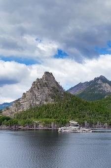 Uitzicht op het meer van burabay (borovoe) en de prachtige bergen okzhetpes en zhumbaktas.