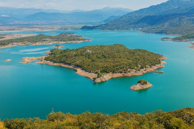 Uitzicht op het meer van skadar vanaf de hoogten. kleurrijk landschap van mount op een zonnige dag in montenegro