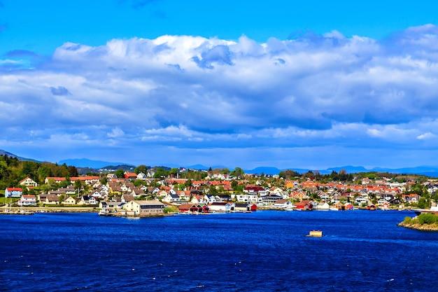Uitzicht op het noorse dorp vanaf het cruiseschip