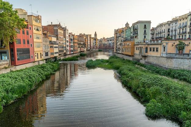 Uitzicht op het oude centrum van girona en de rivier de onyar.