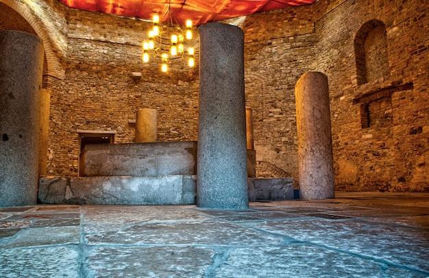 Uitzicht op het oude interieur van de basiliek van aquileia, het is een unesco-werelderfgoed. italië