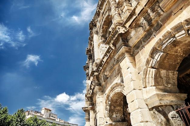 Uitzicht op het oude romeinse amfitheater in de stad nîmes in de regio occitanie in zuid-frankrijk. schitterende enorme arena