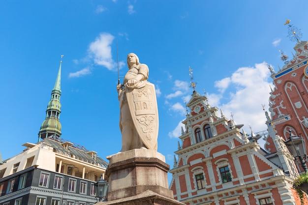 Uitzicht op het oude stadsplein, roland statue, the blackheads house en st peters cathedral tegen blauwe hemel in riga, letland. zonnige zomerdag