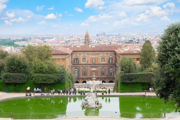 Uitzicht op het paleis van pitty met de tuin en de skyline van florence, italië