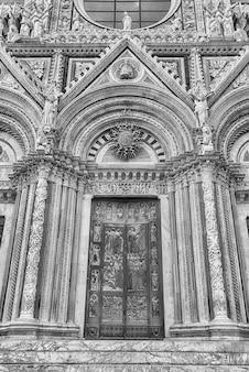 Uitzicht op het portaal van de gotische kathedraal van siena, toscane, italië. voltooid in 1348, is de kerk gewijd aan de hemelvaart van maria en het is een van de meest bezochte bezienswaardigheden van siena