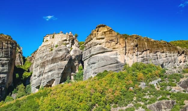 Uitzicht op het prachtige landschap meteora klooster in zonnige dag en blauwe hemel zonder wolken