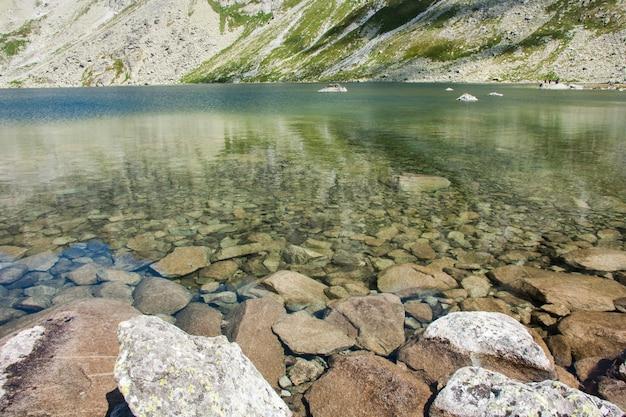 Uitzicht op het prachtige meer in de bergen van de zomer