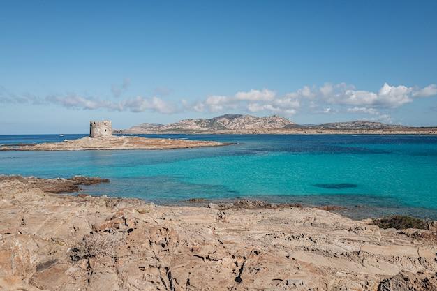 Uitzicht op het prachtige strand bij het eiland asinara