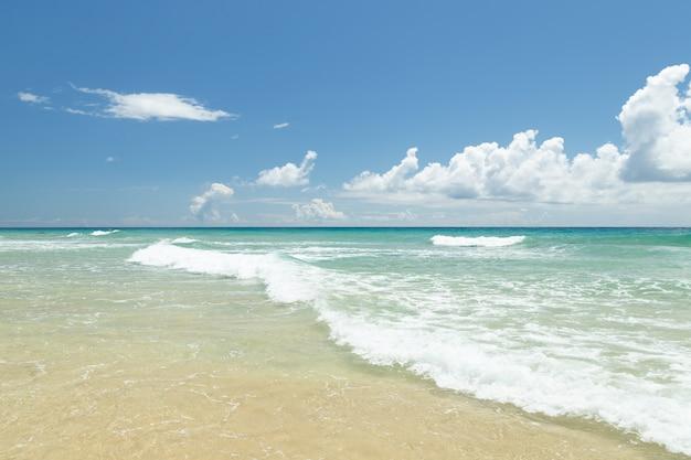 Uitzicht op het prachtige strand van morro jable, turquoise en transparant water, zonnige dag