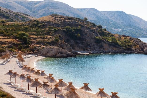 Uitzicht op het prachtige strand van oprna in de adriatische baai van het eiland krk, kroatië