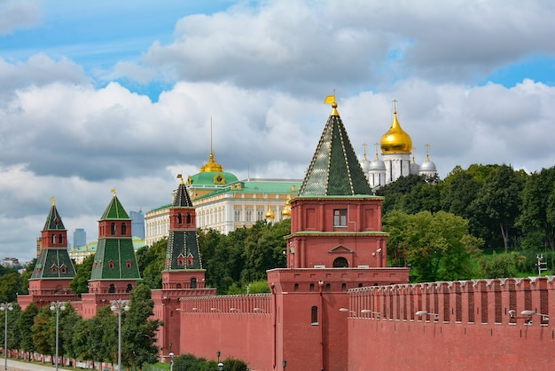 Uitzicht op het presidentiële paleis van het kremlin van moskou