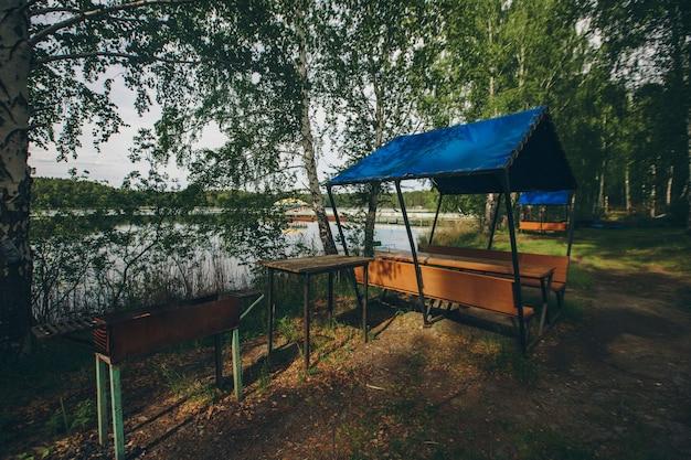 Uitzicht op het prieel aan het meer. recreatiegebied aan het water