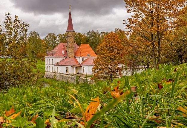 Uitzicht op het priorijpaleis op een bewolkte herfstdag gatchina st. petersburg rusland
