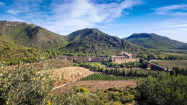 Uitzicht op het religieuze klooster van porta coeli in het hart van het calderona-gebergte van valencia.