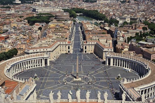 Uitzicht op het sint-pietersplein in rome vanaf de basiliek in het vaticaan