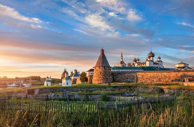 Uitzicht op het solovetsky-klooster op de solovetsky-eilanden en moestuinen achter het hek