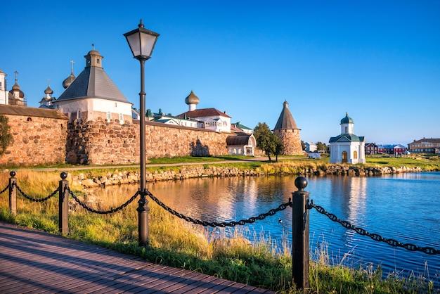 Uitzicht op het solovetsky-klooster vanaf de pier van de baai van welvaart op de solovetsky-eilanden